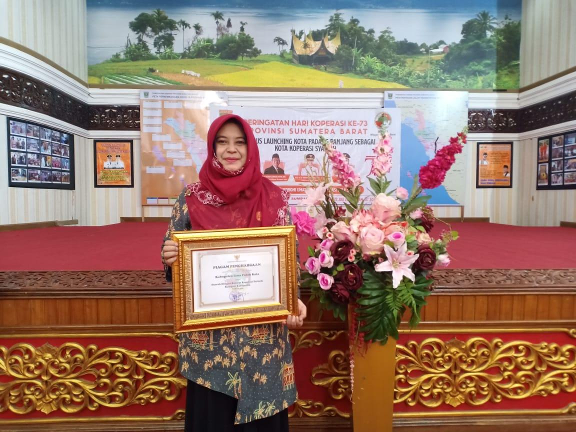 Penerimaan Penghargaan Gubernur sebagai Daerah Dengan Kinerja Koperasi Terbaik Kategori Kabupaten